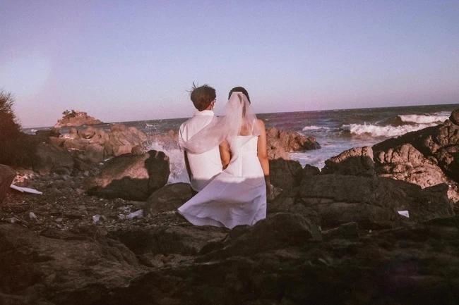 Cặp đôi đi Vũng Tàu chụp ảnh cưới nhưng lại dính chiêu lừa của bà bán hàng rong-1