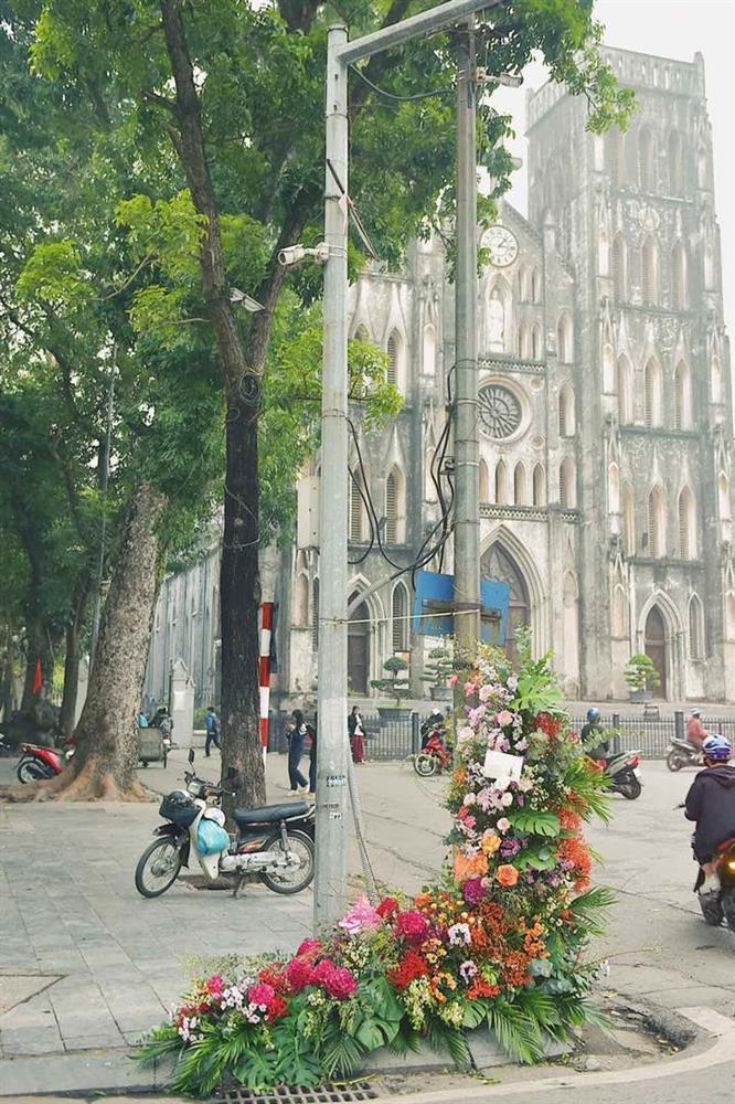 Hồng Diễm - Bảo Thanh lộ trình photoshop giả trân bên cột đèn hoa-2