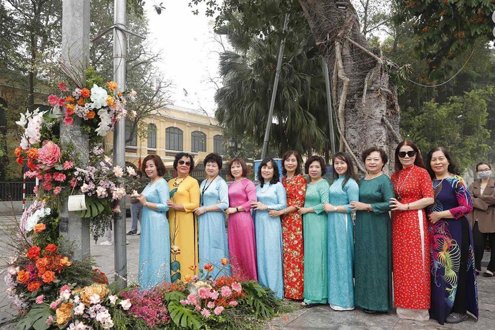 Hồng Diễm - Bảo Thanh lộ trình photoshop giả trân bên cột đèn hoa-4