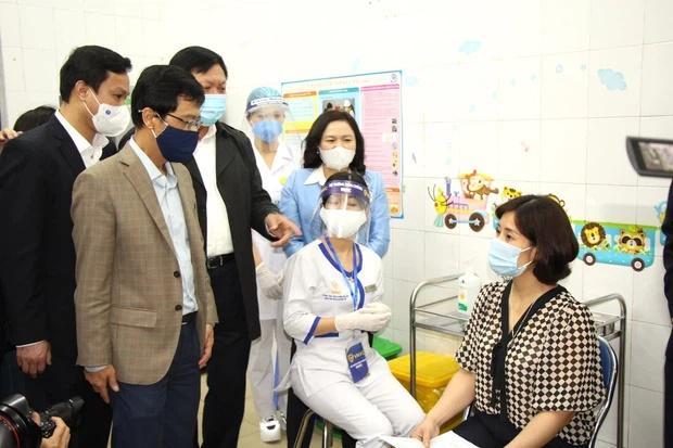 Nữ điều dưỡng tại Hà Nội sốt nhẹ sau khi tiêm vaccine Covid-19-3
