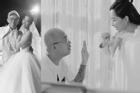 Đông Nhi, Đặng Thu Thảo xin lỗi khi 'phù thủy makeup' Minh Lộc qua đời