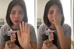 Thơ Nguyễn ôm búp bê khóc lóc, cầu xin ngừng tẩy chay
