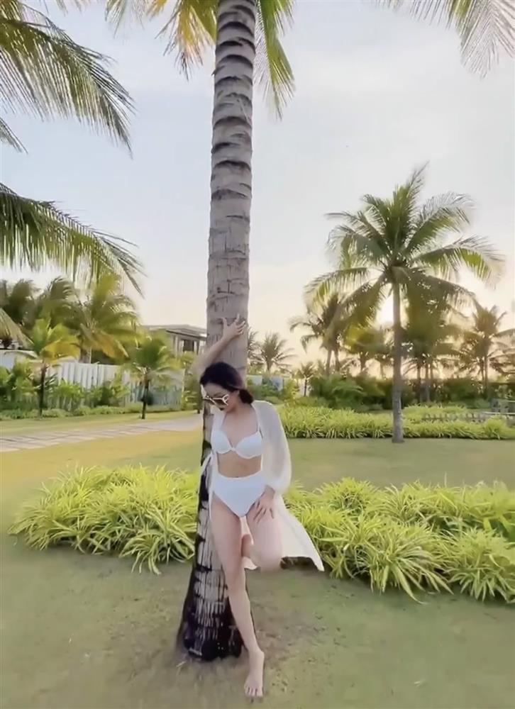 Lệ Quyên diện bikini khoe body chuẩn đét dù quay cam thường-7
