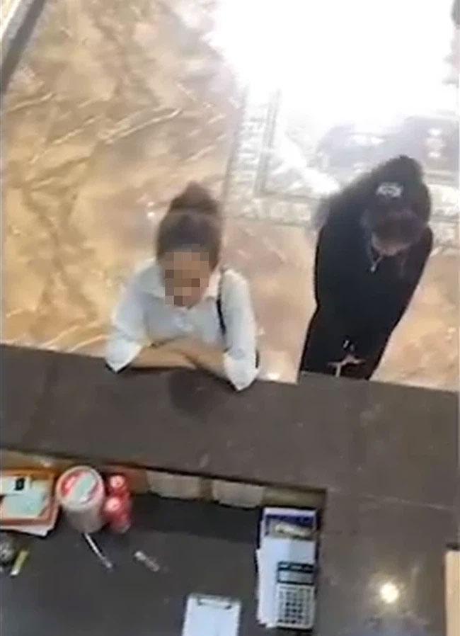 Chị chồng lái Mercedes đánh ghen hộ em dâu: Quán karaoke tiết lộ tiểu tam-1