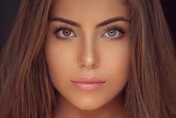 CỰC HIẾM: Hoa hậu có đôi mắt tự nhiên mang 2 màu khác biệt