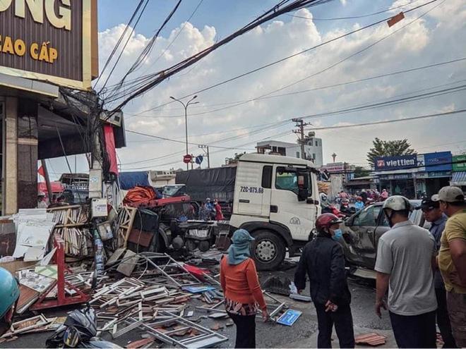 Đồng Nai: Xe đầu kéo tông hàng loạt ô tô xe máy rồi húc sập nhà dân-1