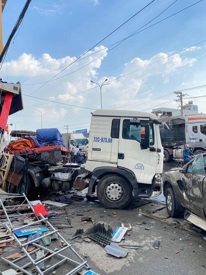 Đồng Nai: Xe đầu kéo tông hàng loạt ô tô xe máy rồi húc sập nhà dân-2