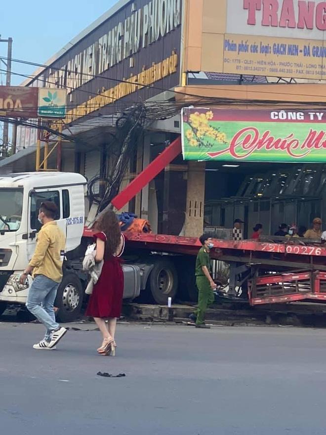 Đồng Nai: Xe đầu kéo tông hàng loạt ô tô xe máy rồi húc sập nhà dân-3