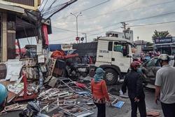 Đồng Nai: Xe đầu kéo tông hàng loạt ô tô xe máy rồi húc sập nhà dân