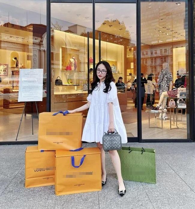 Con gái Minh Nhựa sắm giày hiệu nhưng phải đủ các màu-2