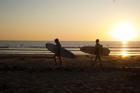 Lướt ván trên cồn cát vào lúc hoàng hôn ở Chile