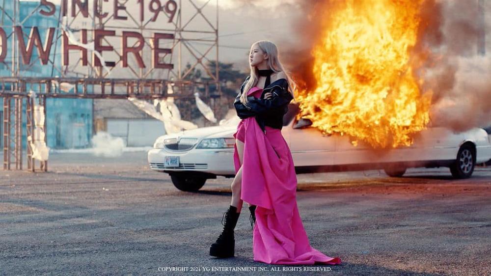 Bóc giá hàng hiệu BLACKPINK Rosé mặc trong MV On The Ground-1