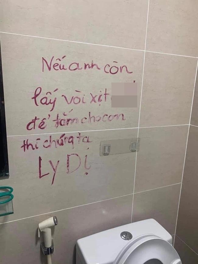 Chồng lấy vòi xịt bồn cầu tắm cho con, vợ không bảo được đành viết lời thách thức trên tường cực sốc-2