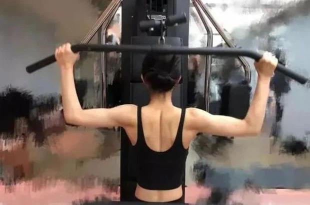 Triệu Lệ Dĩnh: Bắp tay đối lập visual ngọt ngào, ảnh tập gym còn gây choáng hơn-5