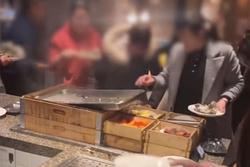 Đi ăn buffet, mấy chục thực khách Trung Quốc tranh giành khay hàu khiến đầu bếp choáng