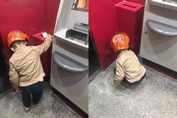Hành động của bé trai hơn 4 tuổi tại cây ATM khiến người lớn phải xấu hổ