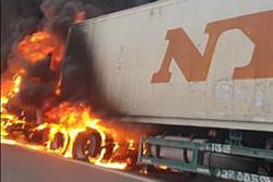Xe container chở hàng đông lạnh cháy ngùn ngụt trên cao tốc Nội Bài - Lào Cai