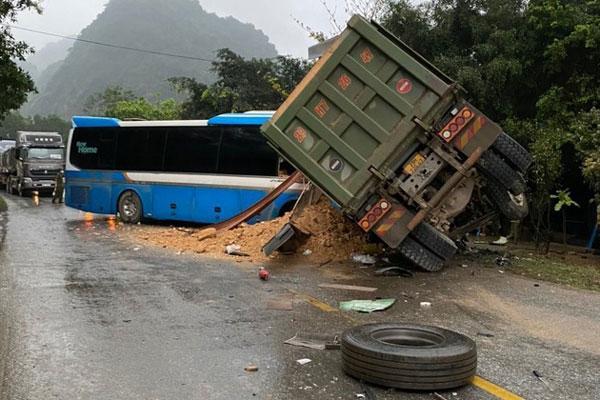 Xe khách đấu đầu xe tải, 3 người chết tại chỗ-1