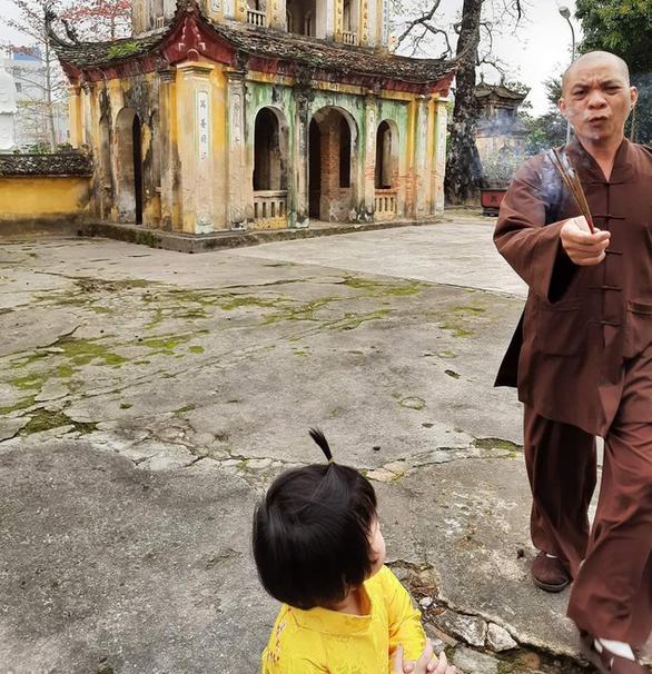 Trụ trì chùa Hưng Khánh cầm hương cháy dở đuổi người đến lễ Phật-1