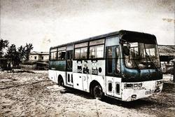Xe buýt bỏ hoang được biến thành nhà khách trên vách đá