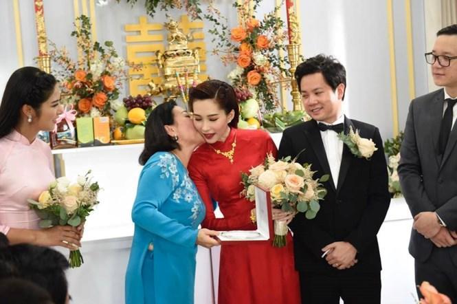 Mẹ chồng hoa hậu Đặng Thu Thảo hiếm hoi xuất hiện