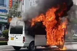 Clip: Xe chuyên chở quan tài bốc cháy dữ dội giữa Đà Nẵng