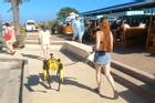 Người đi đường thích thú với chú chó cưng giá 75.000 USD
