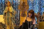 Ngọc Trinh uốn éo trước biểu tượng tâm linh