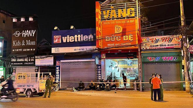 Clip: Thanh niên kích hoạt mìn tự chế ném vào tiệm vàng ở Hải Phòng-1
