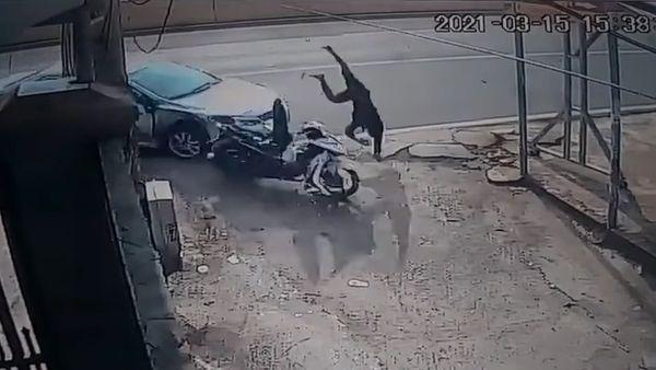 Clip: Thanh niên bị ô tô đâm bay vào cột điện, nằm bất động-2