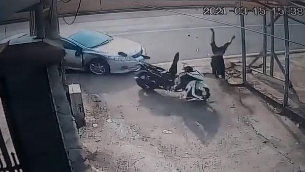 Clip: Thanh niên bị ô tô đâm bay vào cột điện, nằm bất động-3