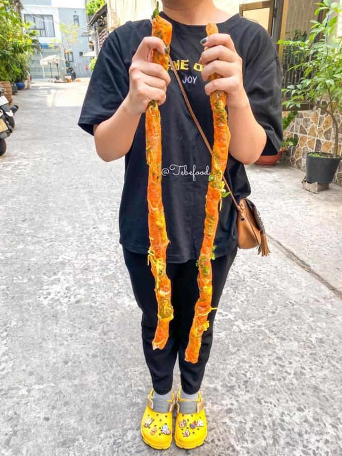 Phát sốt với bánh tráng cuốn dài 1 mét ở Sài Gòn-1