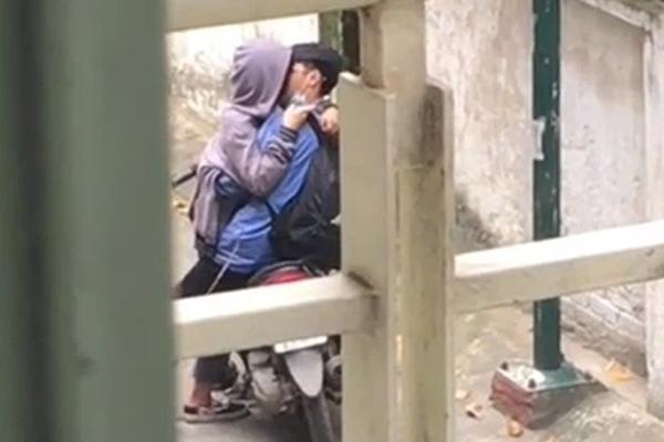 Clip: Cặp đôi mặc đồng phục, đeo balo hôn ngấu nghiến giữa đường-1