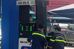 Cảnh sát vũ trang phong tỏa cây xăng ở TP.HCM