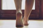 Nên bước chân nào ra khỏi nhà trước khi ra ngoài làm việc quan trọng để tránh xui xẻo?