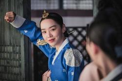 Shin Hye Sun bị tẩy chay vì đóng 'Mr. Queen'
