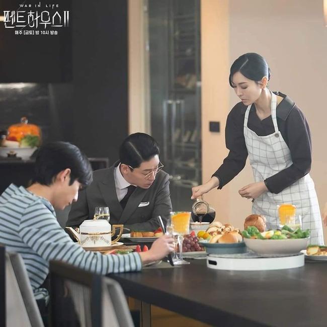 Ác nữ Cheon phải làm việc như người ở trong tập 11 Penthouse 2-3