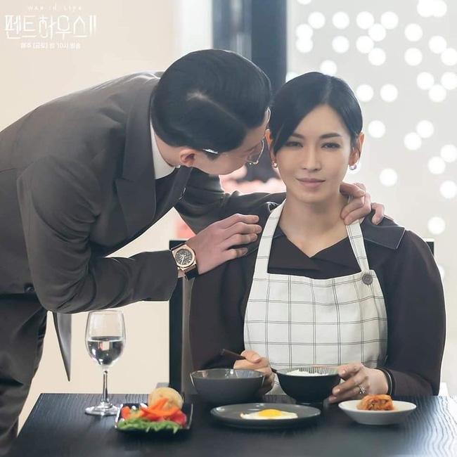 Ác nữ Cheon phải làm việc như người ở trong tập 11 Penthouse 2-5