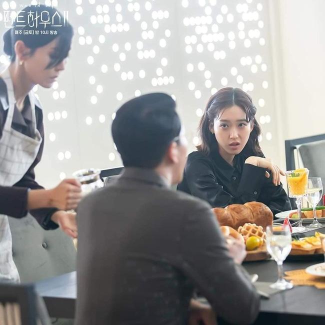 Ác nữ Cheon phải làm việc như người ở trong tập 11 Penthouse 2-8