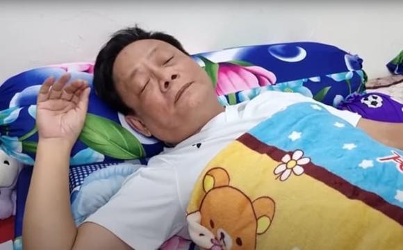 Nghệ sĩ Tấn Hoàng bị ngất xỉu trên máy bay-1