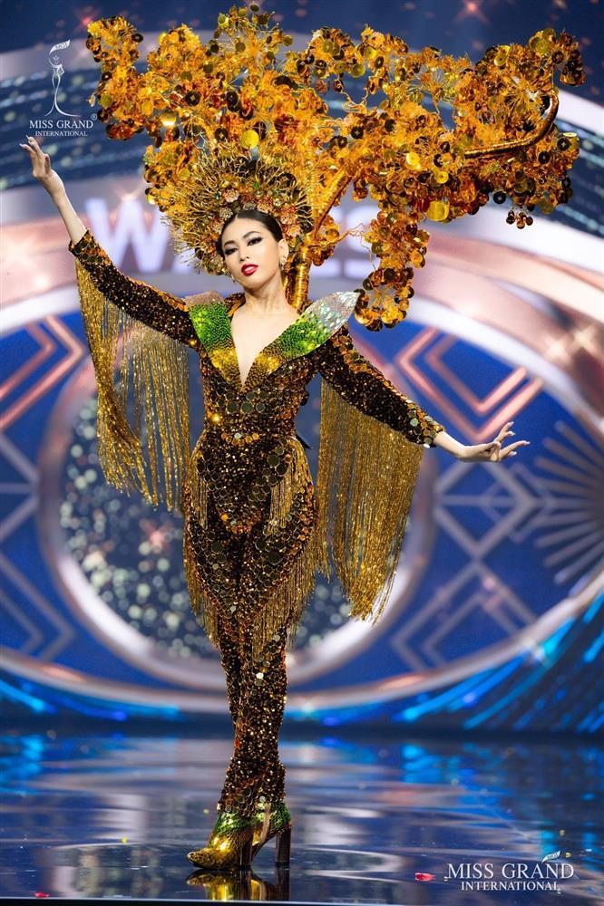 Toát mồ hôi Quốc phục khổng lồ của người đẹp Việt đi thi quốc tế-2
