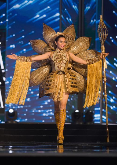 Toát mồ hôi Quốc phục khổng lồ của người đẹp Việt đi thi quốc tế-4