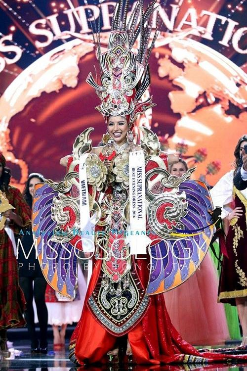 Toát mồ hôi Quốc phục khổng lồ của người đẹp Việt đi thi quốc tế-8
