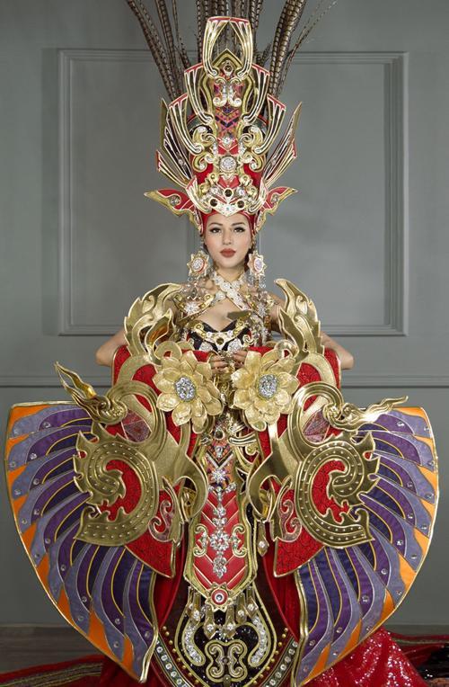 Toát mồ hôi Quốc phục khổng lồ của người đẹp Việt đi thi quốc tế-10