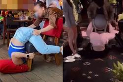 Hai cô gái trẻ rủ nhau làm hành động nhạy cảm ở quán cà phê