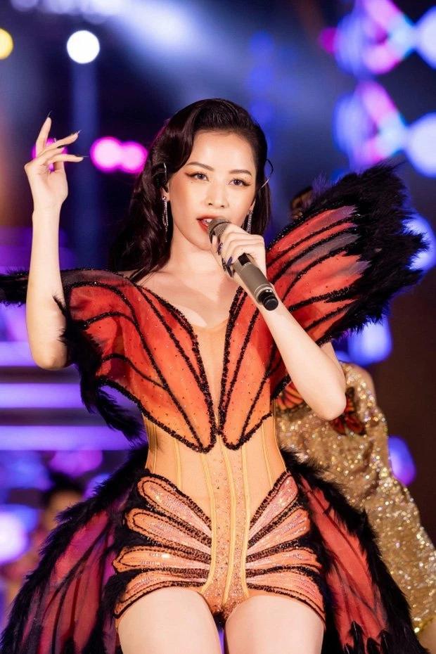Chi Pu và loạt trang phục khó đỡ: Hết cánh bướm dối gian lại đến váy nhái-1