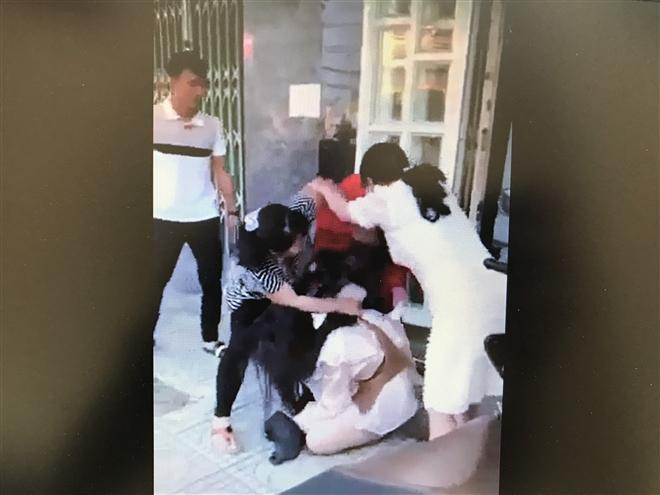 Cô gái bị đánh ghen túm tóc lôi xềnh xệch, vả dép bôm bốp vào mặt-3