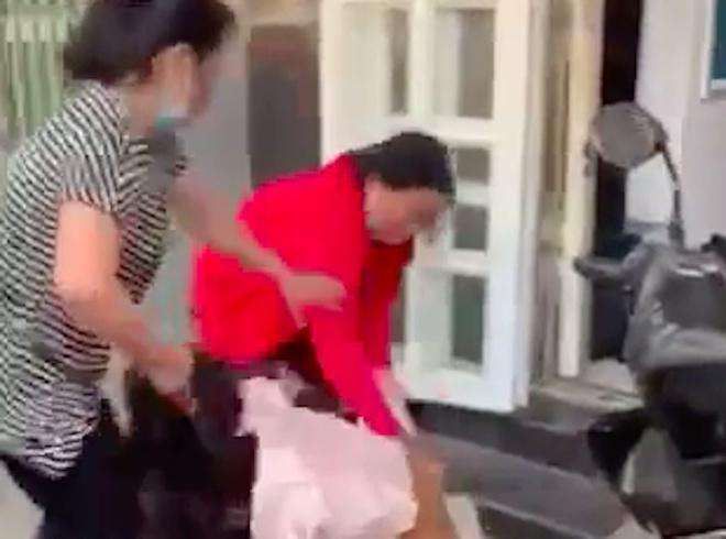 Cô gái bị đánh ghen túm tóc lôi xềnh xệch, vả dép bôm bốp vào mặt-2
