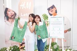 H&M khuyến khích khách hàng mang theo và tái sử dụng túi khi mua sắm