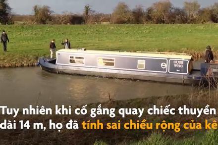 Tàu nhỏ kẹt trong kênh đào ở Anh